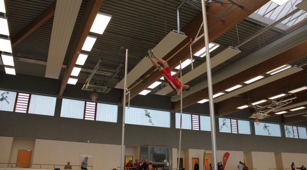 Sven Medenbach (LSG) stellte mit 3.70 m einen neuen Hallenrekord für die Mittelpunktschule St. Blasius auf.