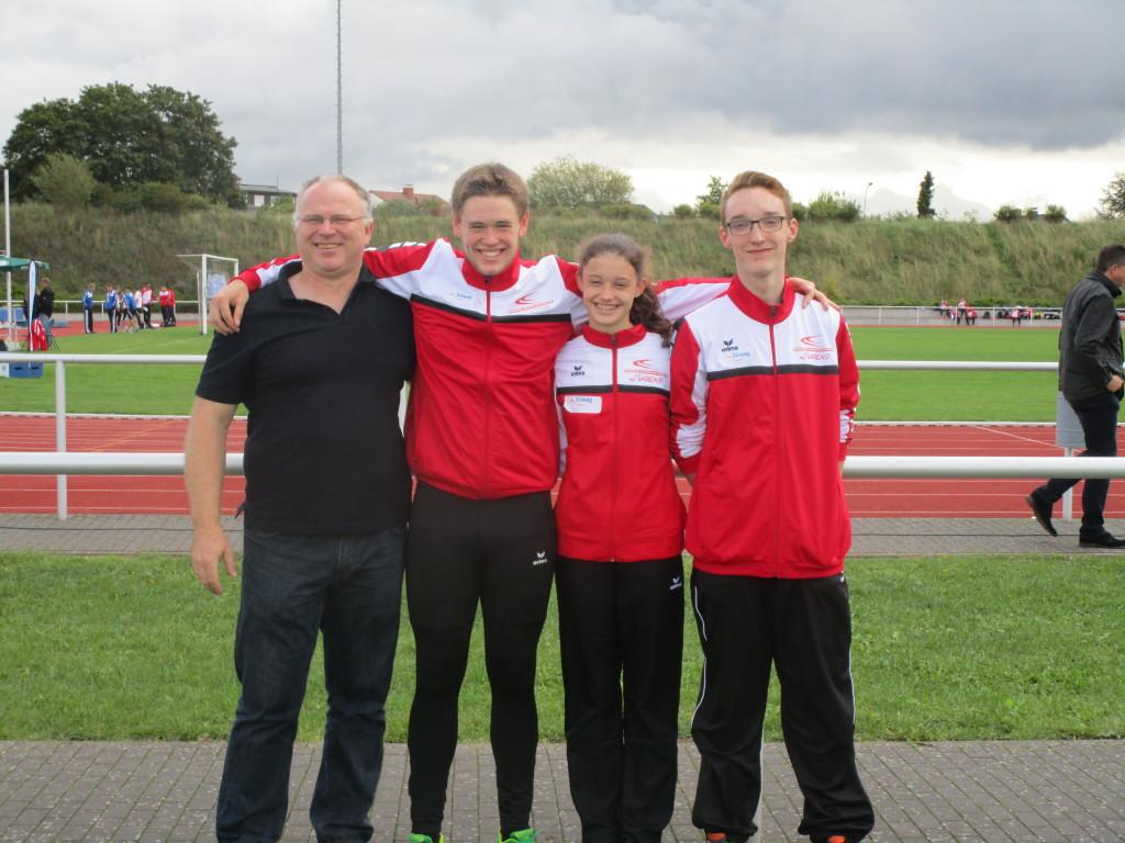 Trainer Christian Lukas mit Florian Hanz, Paula Zollmann und Maximilian Klink (von links)