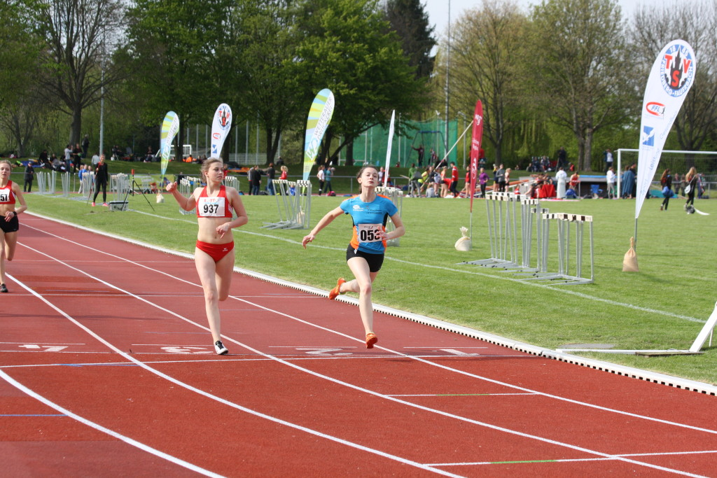 knappe Entscheidung: Paula Zollmann als Siegerin über 200m