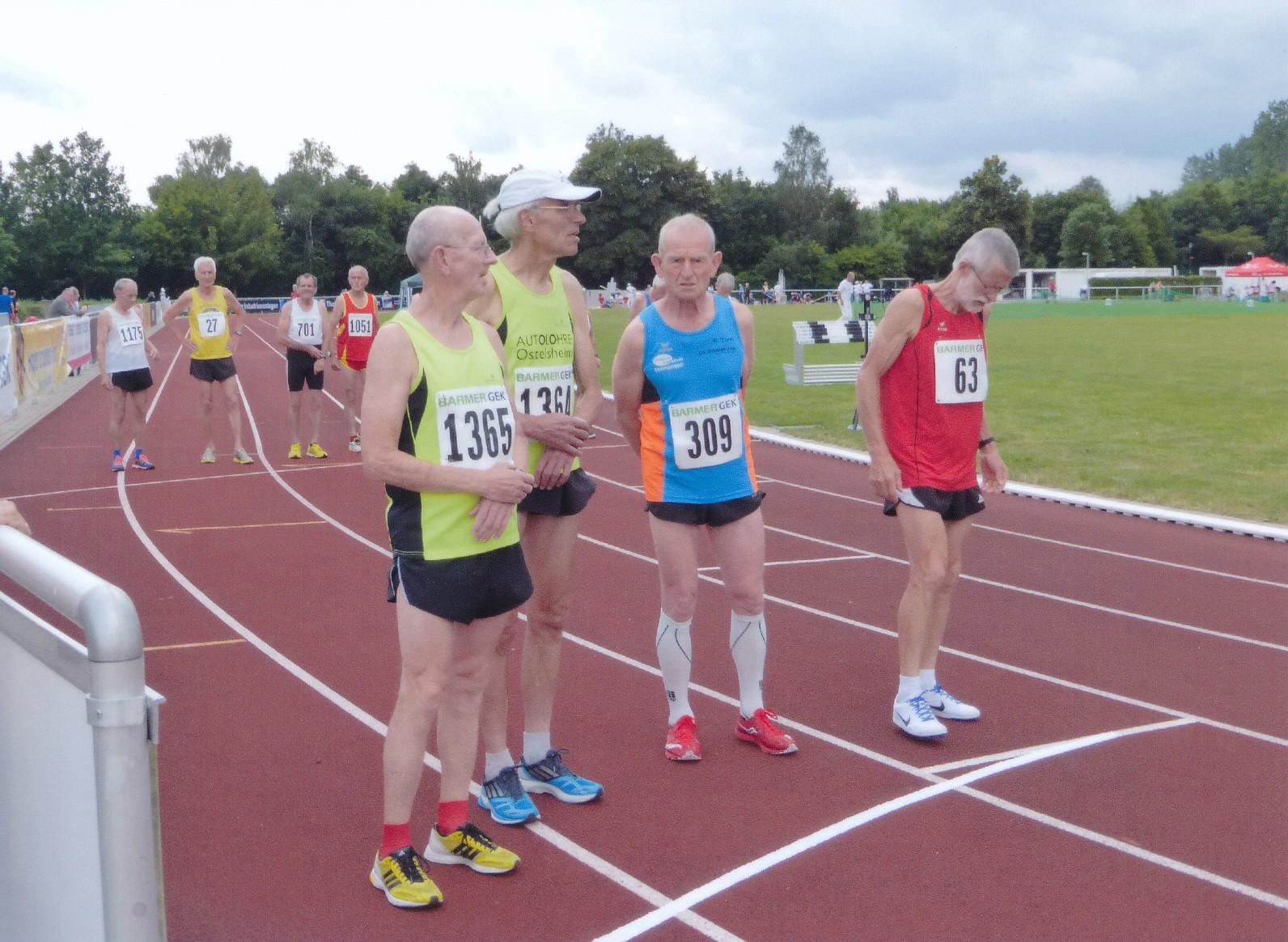 Edmund Schlenker (2.), Wolfgang Nehring (1.), Ewald Türk (4.) und Ulrich Becker (3.) vor dem Start des 5000m-Laufs der Senioren M70