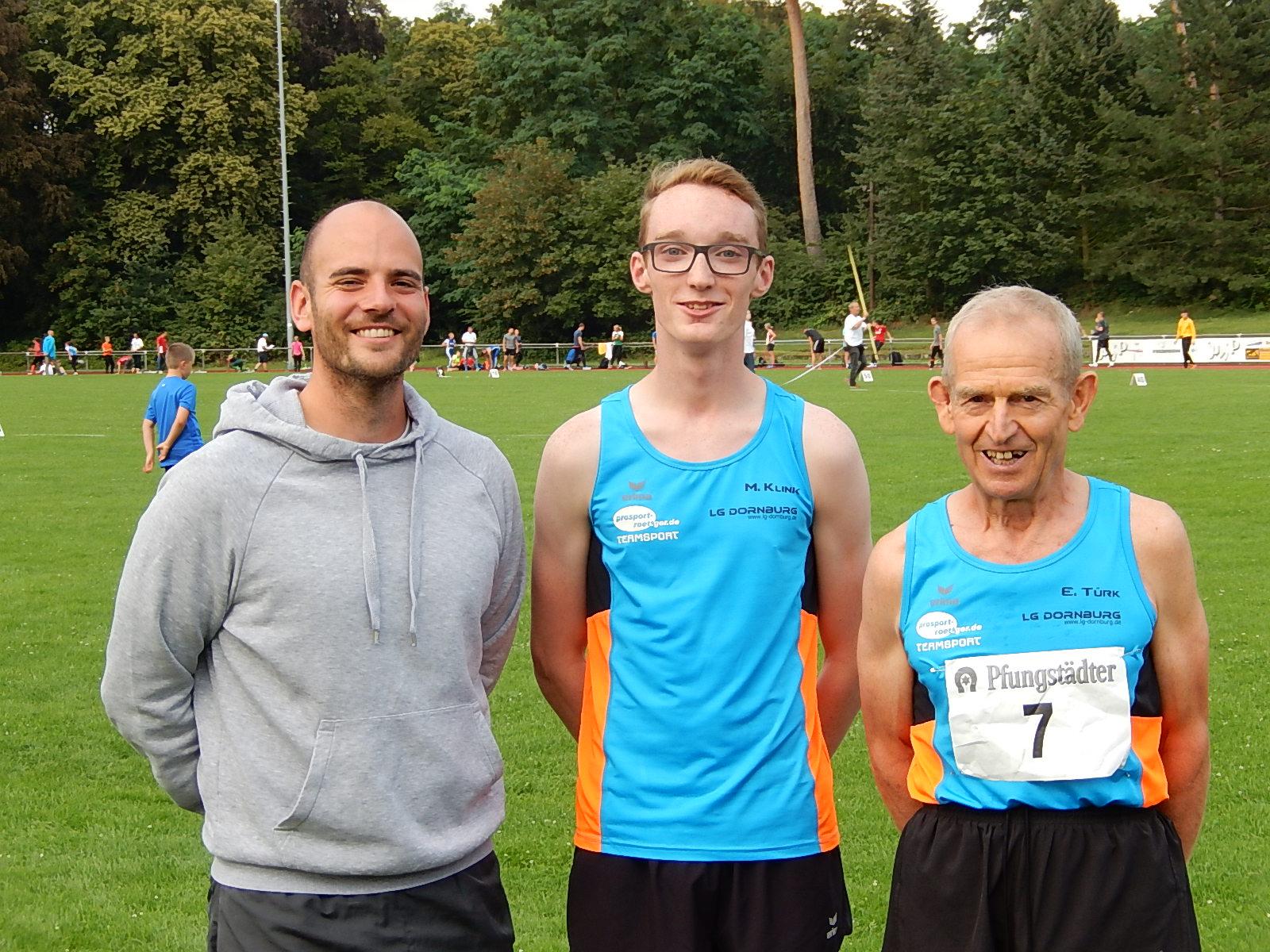 Maximilian Klink, eingerahmt von seinen beiden Trainern Georg Schmidt (Kadertrainer links) und Ewald Türk (Heimtrainer rechts)