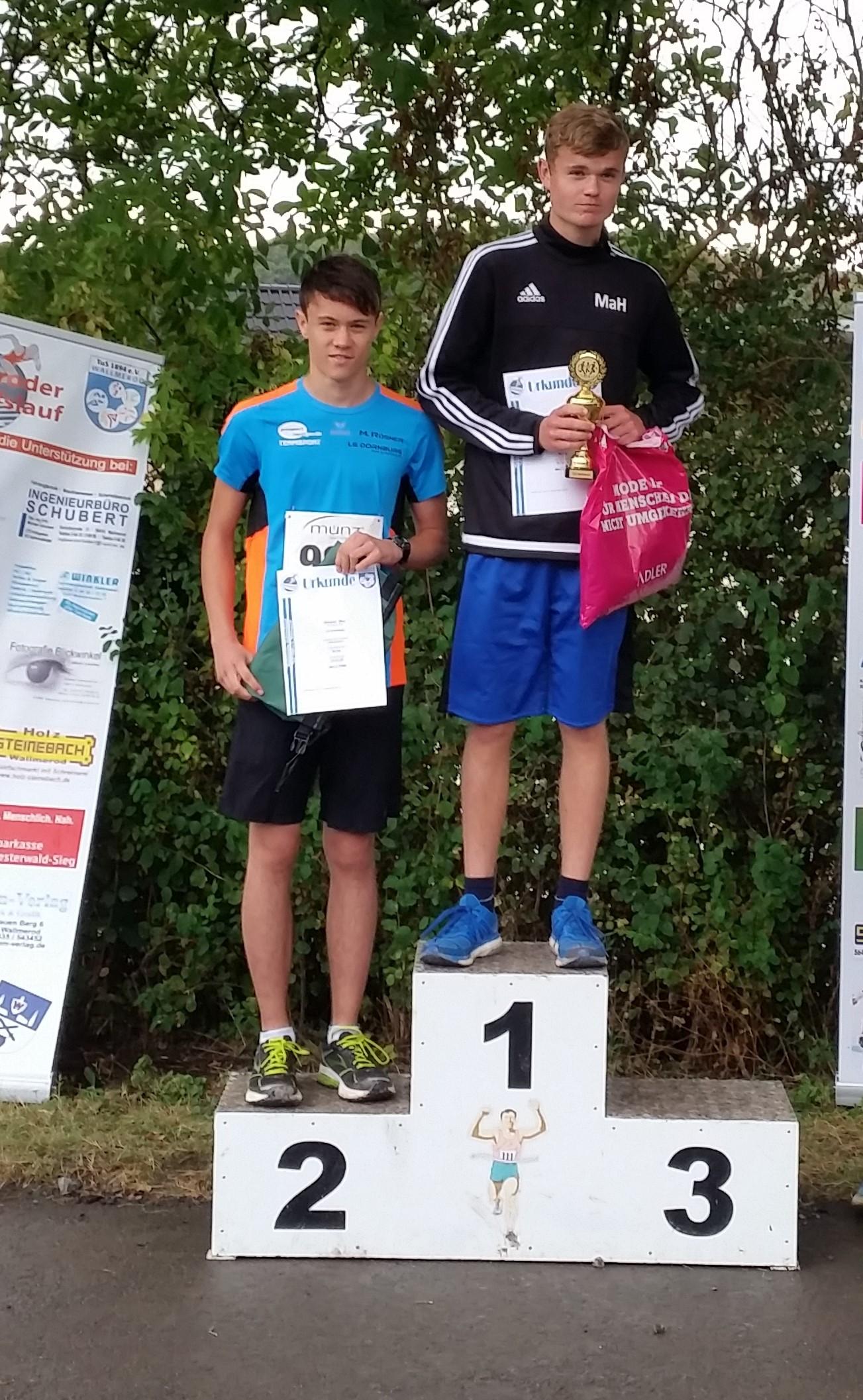 Max Rösner (links) nach erfolgreichem Debut im Halbmarathon